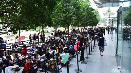 Thousands of Customers Waiting in Line at Apple Retail Stores for iPhone XS, XS Max and Apple Watch Series 4 as Global Launch Continues