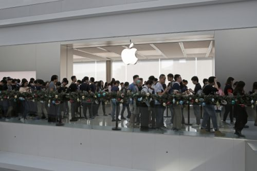 Apple stores are overrun with customers wanting cheap battery replacements
