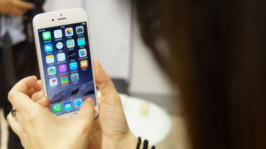 Apple knew iPhone 6 bent easily, but released it and downplayed issues