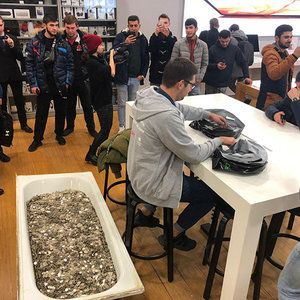Dude buys iPhone XS in Russia, pays with a bathtub full of coins