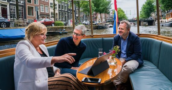 Tim Cook travels to Amsterdam & visits with iPhone photographer Annet de Graaf