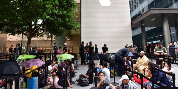 Customers begin lining up at Apple stores for Apple Watch Series 4 & iPhone XS
