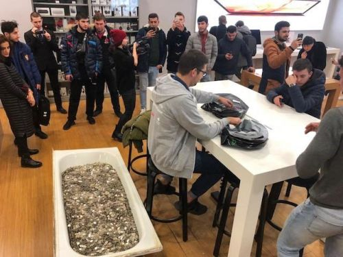 Someone Paid For An iPhone XS In Russia With A Bathtub Full Of Coins