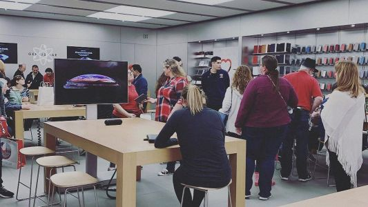 Aggressive new in-store iPhone marketing clouds Apple's retail message