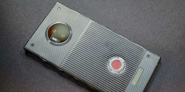 Early hands-on with the RED Hydrogen One gives us more information about its modules, camera, more