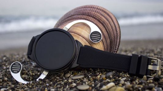 This smartwatch detaches from your wrist to turn into a phone