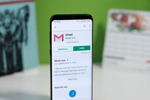 Dark mode starts showing up in Gmail for Android