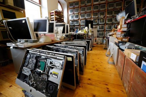 Huge Collection of Apple Computers Up for Sale as Longtime Austrian Repairman Goes Out of Business
