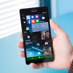 Lumia 950 XL with a full version of Windows can run the original Fallout gamе